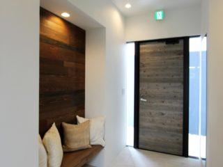 沖縄の室内塗装事例_ベンチ壁面1